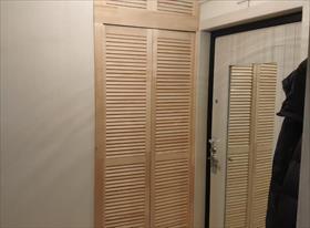 Дверь-книжка в гардероб из жалюзийных полотен